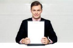 Un consultant tenant sa plaquette (brochure)