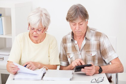 un couple de seniors calcule sa retraite de travail par missions suite à la nouvelle réforme
